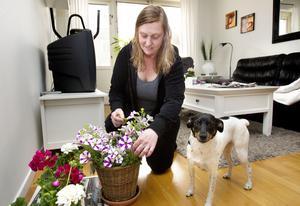 Inlåst. Grannen Eva-Lena Landén kommer inte ut på sin balkong. Dagen före plomberingen hade hon köpt balkongblommor. Nu vet vare sig hon eller jycken Astrid var hon ska ställa dem.