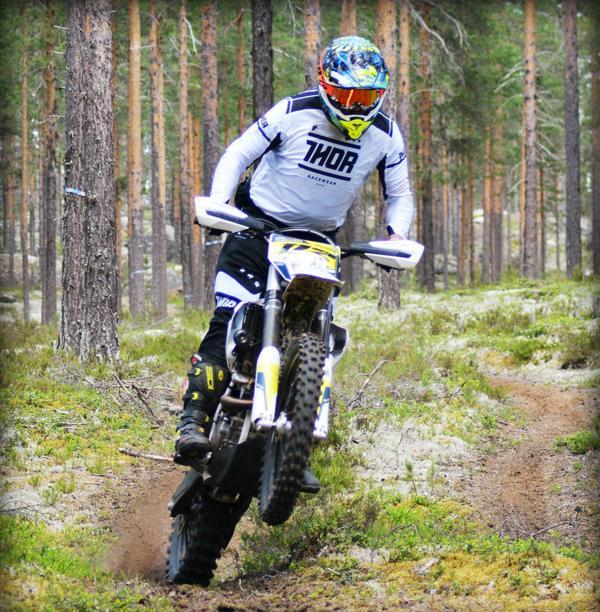 Ola Thorell från Hogdals MK susar genom skogen och leder nu Mittendurocupen