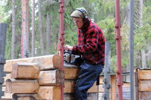 För att vara effektiv vid ett husbygge får eleverna lära sig använda motorsåg, så även Gustav Hermansson, som nu går sista året på Hantverksprogrammet.