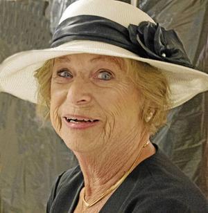Gunilla Hansson i vacker sommarhatt.