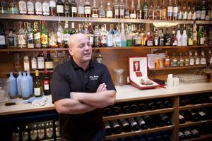 George Markarian är beredd på högt tyck i kväll. Om 50 Cent kommer på festen och blir sugen på konjak så kan han be om den konjak som ligger i en låda bakom disken. George Markarian berättar den kostar mellan 15 000 och 17 000 kronor.