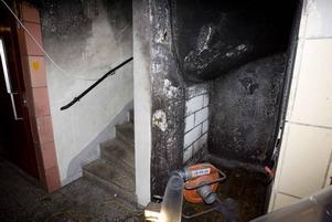 en säng som brann. Här hade någon tänt eld på en säng som stod i ett utrymme under trappan på entréplanet.