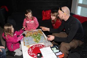 Flera barnfamiljer bode på hotellet under julen för att kunna åka skidor och koppla av. På annandagen var pisterna stängda. Familjen Hagström från Täby roade sina flickor Agne och Tilda och deras kompis Alice med ett hederligt sällskapsspel.