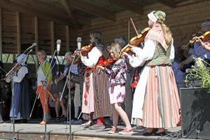 Fiolerna stämdes upp på scen och det spelades både schottis och valser.
