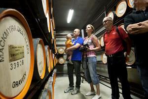 MÅNGA NYFIKNA. Mackmyra whisky planerar att fortsätta med sina guidade turer i whiskybyn. När sommarens besökssiffror ska sammanställas räknar de med att ha haft 10 000 besökare. Såhär såg det ut i juni när Arbetarbladet följde med på en av de första turerna.