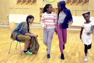 Ungdomarna på Rapatac repeterar teaterföreställningen som de tänker visa.