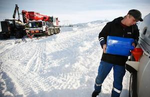 Det är långt till närmaste mack när man befinner sig i närheten av Blåhammarens fjällstation, men arbetsledaren Linus Hjerpe är väl rustad.