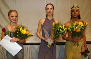 Seniorvinnare. Elina Miettinen och Sam Vaherlehto, båda från Finland, flankerar Nadezda Antipenko, Estland. Trion fick diplom och behörighet att medverka i Grasse internationella balettävling.
