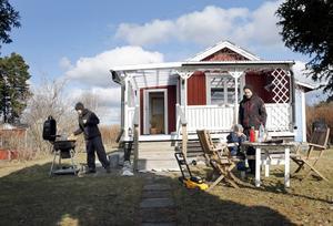 På helger och semestern är det kolonistugan som gäller för familjen Joneson/Hedlund.