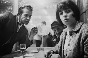 Café Lehmitz i Hamburg 1967. Anders Petersens bilder slog ner som en bomb. Nu visar Fotografiska en stor retrospektiv med honom, ett måste.