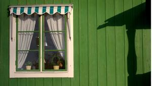 För att hitta exakt den gröna nyans som man önskar är det bäst om man kan hitta ett grönt hus i verkligheten och fråga om färgnummer.