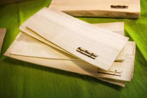 Det är för tillverkning av dessa trätallrikar som Eva fått stödet Väx med skogen för.