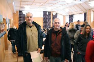 Hur känner man igen drogpåverkade människor? Poliserna Roger Wiik (till vänster) och Mikael Högblom gav tips till krogfolk, alkoholhandläggare och elever från hotell- och restaurangprogrammet på Slottegymnasiet.