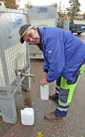 –Att behöva hämta vatten så här är ett svårt avbräck eftersom vi är vana vid att alltid ha drickbart vatten i kranarna i våra hem, konstaterade Bo Gustafsson när han hämtade vatten ur en tank vid kyrkan i Dala-Floda.