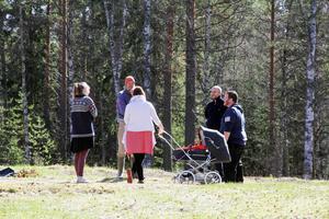 Här blir det odlingslotter så småningom. Men först ska jorden plöjas och harvas. Susanne, Michael, Jessica, Olof och Patrik hinner prata en stund i vårsolen.