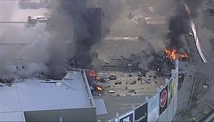Tv-bilder visar spillrorna av planet efter kraschen.
