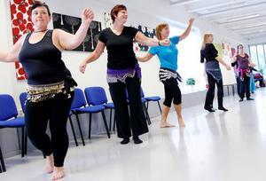 Angelica Mattiasson från Torvalla (närmast kameran) var en av åtta deltagare på prova på-kursen i magdans. Hon fick mersmak för den orientaliska dansen.
