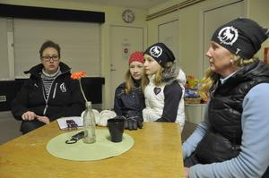 Susanna Sjöberg Simonsson, vice ordförande i Ockelbo ryttarförening säger att föreningen borde kunna ägna sig åt att utveckla verksamheten i stället för tänka på hur man ska hindra inbrottstjuvar från att slå till. På bilden också Molly Grattide, Ronja Simonsson och Lotta Lindgren.