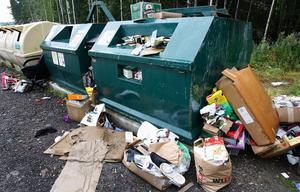 Överfulla och skräpiga återvinningsstationer har länge varit en källa till klagomål. Så här såg det ut på Lyviksberget på måndagskvällen. Foto:Gunne Ramberg