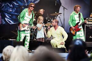 Höjdpunkt. Tindra sjunger duett tillsammans med Markoolio med band.