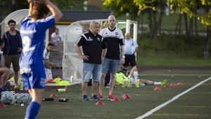 Nicklas Blomqvist, här med tränarkollegan Magnus Olsson, har gjort klart för ytterligare en säsong i Fagersta Södra.
