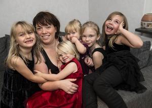 Alla barnen tillsammans med mamma Caroline Landén.
