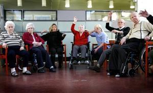 Både personal och pensionärer är med när Margaretha Anderson har sittgympa.