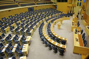 Att det är tomt i riksdagens plenisal är det normala. Det är inte där riksdagsledamöterna jobbar.