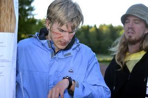 Simon Andersson, Forsa, och Niklas Skyttner, Ljusdal, kollar in resultatlistarna och klockan.