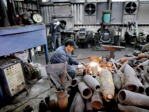 Wu Tseng-dongs verkstad för att göra knivar av granater på Kinmen Island som är en del av Taiwan.