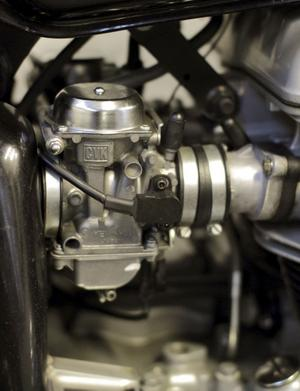 Töm förgasarna: En hoj kan vara omöjlig att starta när det ligger kvar gammal bensin i förgasarna. Öppna dräneringsskruvarna och låt den rinna ut. Moderna maskiner med bränsleinsprutning berörs inte.
