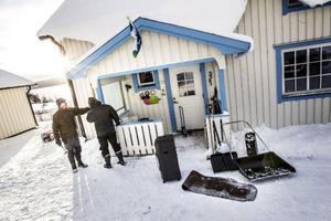 Macke och Inger Långström lagar delar av farstun som blåste sönder i stormen Hilde.