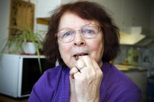 Anna-Lisa Sundberg gillar kakor. Både att baka och att äta dem. När hon fyller 80 år i mars tänker hon bjuda gästerna på 80 olika kaksorter. Hittills är 44 sorter klara. Anna-Lisas särbo Björn Tång tycker att hans kära kakbakerska är värd en tulpanbukett.