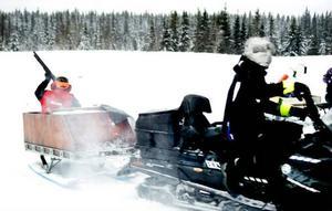 Jocke Smålänning bommande många lerduvor när han sköt från en skotersläde. Fredrik Ekman från Sundsvall körde snöskotern.