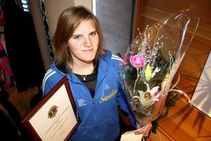 Blommor, diplom och lite pengar på banken. Det var rena julklappen Emma Eriksson fick när hon mottog Kumla Lions ungdomsidrottsstipendium för 2010. Bild: JAN WIJK
