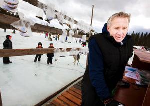 Det är fiskarnas totalvikt som räknas. Tävlingens speaker Jan Persson, från Kougsta, informerade deltagarna om både det ena och det andra.