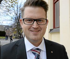 Anders Åhrlin (M): - Många poliser berättar om en växande social oro i vissa delar av Örebro. Här kan fältassistenterna göra ett viktigt arbete. Vi vill att fältassistenterna utöver sitt socialt förebyggande arbete också ges möjligheter att verka brottsförebyggande. Det kan handla om att både motverka droganvändning och rekrytering till kriminella miljöer. Nya Moderaterna vill öka det förebyggande sociala arbetet i Örebro
