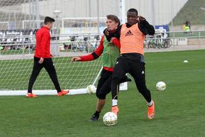 Alhaji Gero och Bobo Sollander i en av många tuffa närkamper under söndagens fotbollsträning.