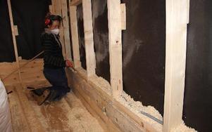 Nya tekniker arebtas fram för att isolera timmerhus som innebär att de exempelvis kan isoleras med sågspån som fylls som i en ficka mellan timmerväggen och en ny inre plankvägg.