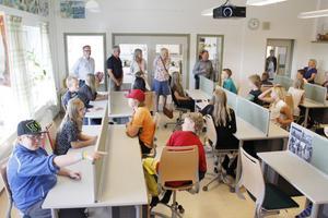 Välkomna till ert nya, fina klassrum, sade från vänster Anders Larsson, Kinnarps, Inge Sjölund, Kinnarps, Kajsa Olofsdotter Lundström, klasslärare, Kjärstin Öhman, rektor, och Gunnar Karlsson, Kinnarps.