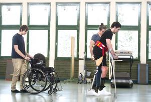 Tillsammans med kusinen Marcus och mamma Tina tränar William med en nya protesen.