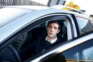 FÖRVÅNAD HJÄLTE. Jonas fick både pris och beröm sedan han stoppat en grov misshandel i Gävle. Han till och med pekade ut gärningsmännen. Därför har han svårt att förstå varför polisutredningen ännu sju månader senare inte har lett till åtal.