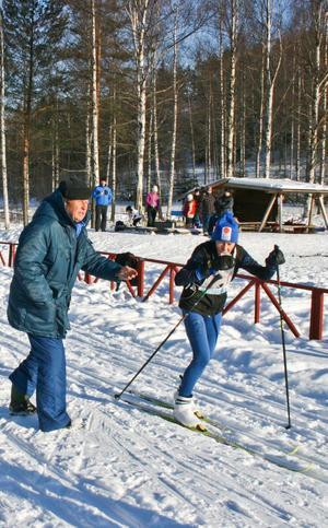 Bosse Larsson langar över en mugg saft till Norabygdens SK:s mest medaljerade åkare Ruth Svensson.