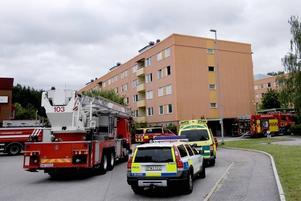 STORT PÅDRAG. Ingen av de boende i äldreboendet fördes till sjukhus efter branden. Men de fick utrymmas ur sina lägenheter.