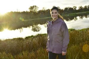 Kronprinsessan Victoria fotograferad vid Rosenkällasjön under sin landskapsvandring i Östergötland. Den här veckan blir det vandring i Värmland.