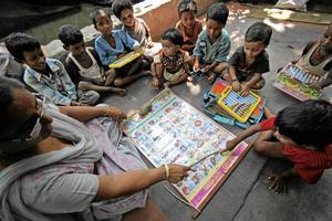 De indiska skolbarnen i delstaten Maharashtra får inte längre ha stora skolväskor.