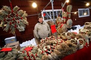 Håkan Jansson sålde julstjärnor och andra prydnader av halm. Som tur var försökte ingen besökare elda upp hans lager av halmbockar.– Nej, ingen har försökt något sådant, skrattade han.