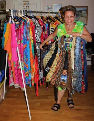 Ann-Marie syr en klänning av gamla slipsar.