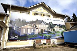 Den nedgångna Holmsunds skola ska förvandlas till exklusiva lägenheter. Arbetet är i full gång och stora vepor på fasaden visar hur slutresultatet är tänkt att bli.