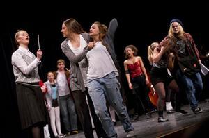 Teatern hotas av konkurs. Sångare och dansare slåss mot varandra i kampen om vilka som ska få vara kvar.